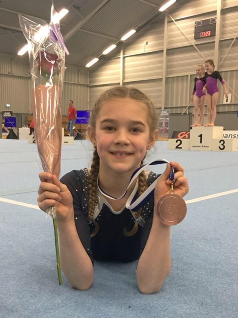 Jelisha Dickhuizen trots met haar medaille en ticket voor het NK op zak. (Foto: aangeleverd)