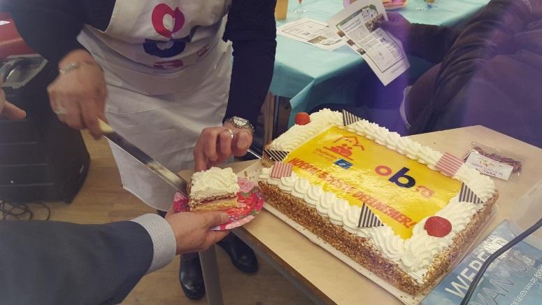 De taart wordt aangesneden. (Foto: aangeleverd)