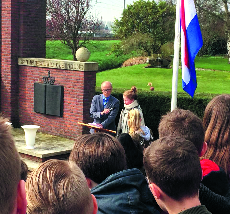 Fred de Wildt (directeur het Baken) en Lisa Stuifbergen (leerling groep 8 de Phoenix). (Foto: aangeleverd)
