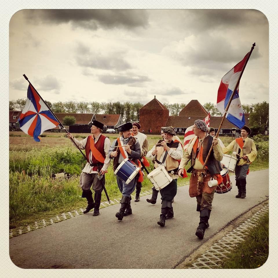 De theatrale Watergeuzen uit Alkmaar lopen regelmatig zingend rond. (Foto: Marjolein Lensink)