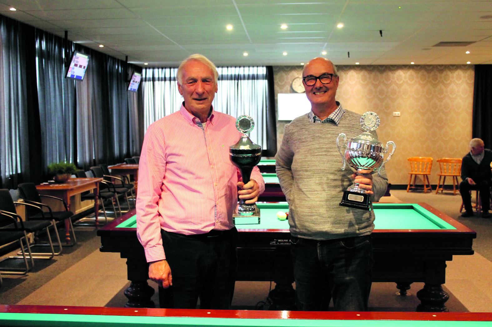 Links op de foto Henk Holthuis (librekampioen) en rechts Hans Kos (bandstootkampioen). (Foto: aangeleverd)