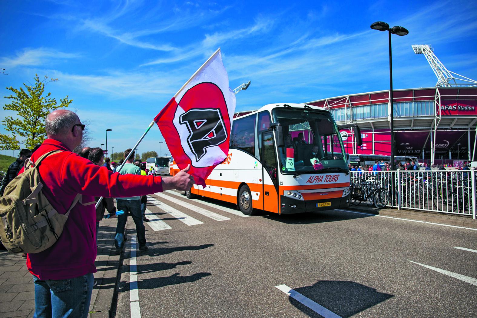 """<p>'Snel op zes nul en dan twee bussen parkeren'<br /><span class=""""chapeau"""">Duizenden AZ-fans op weg naar De Kuip</span></p>"""