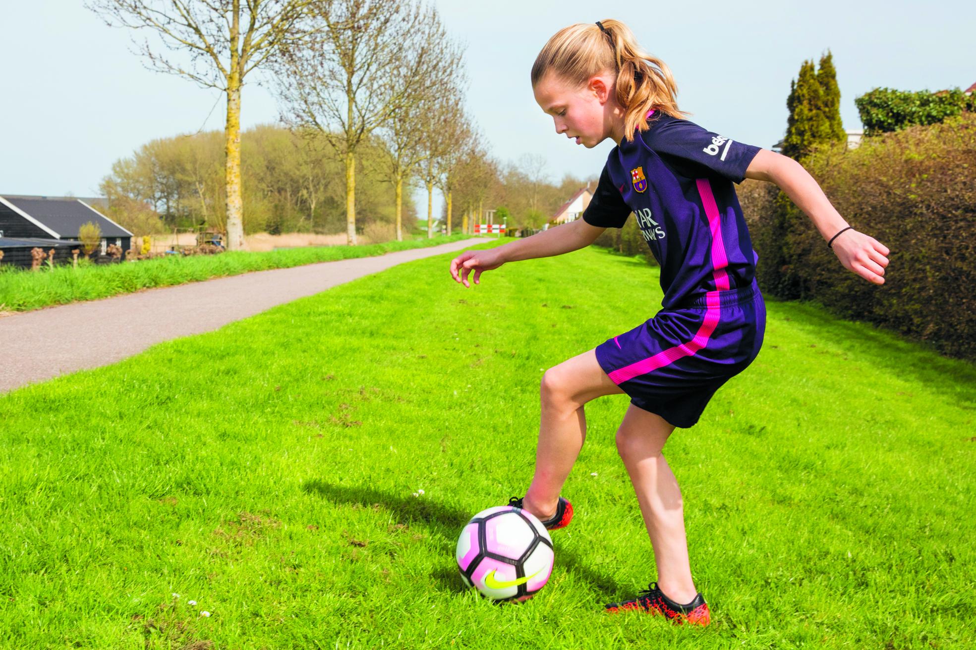 """Het eerste seizoen bij de Noord-Hollandse KNVB-selectie MO12 zit er voor Tess Keirsgieter bijna op. """"Ik heb er nu al heel veel geleerd!"""" (Foto: Vincent de Vries/RM)"""