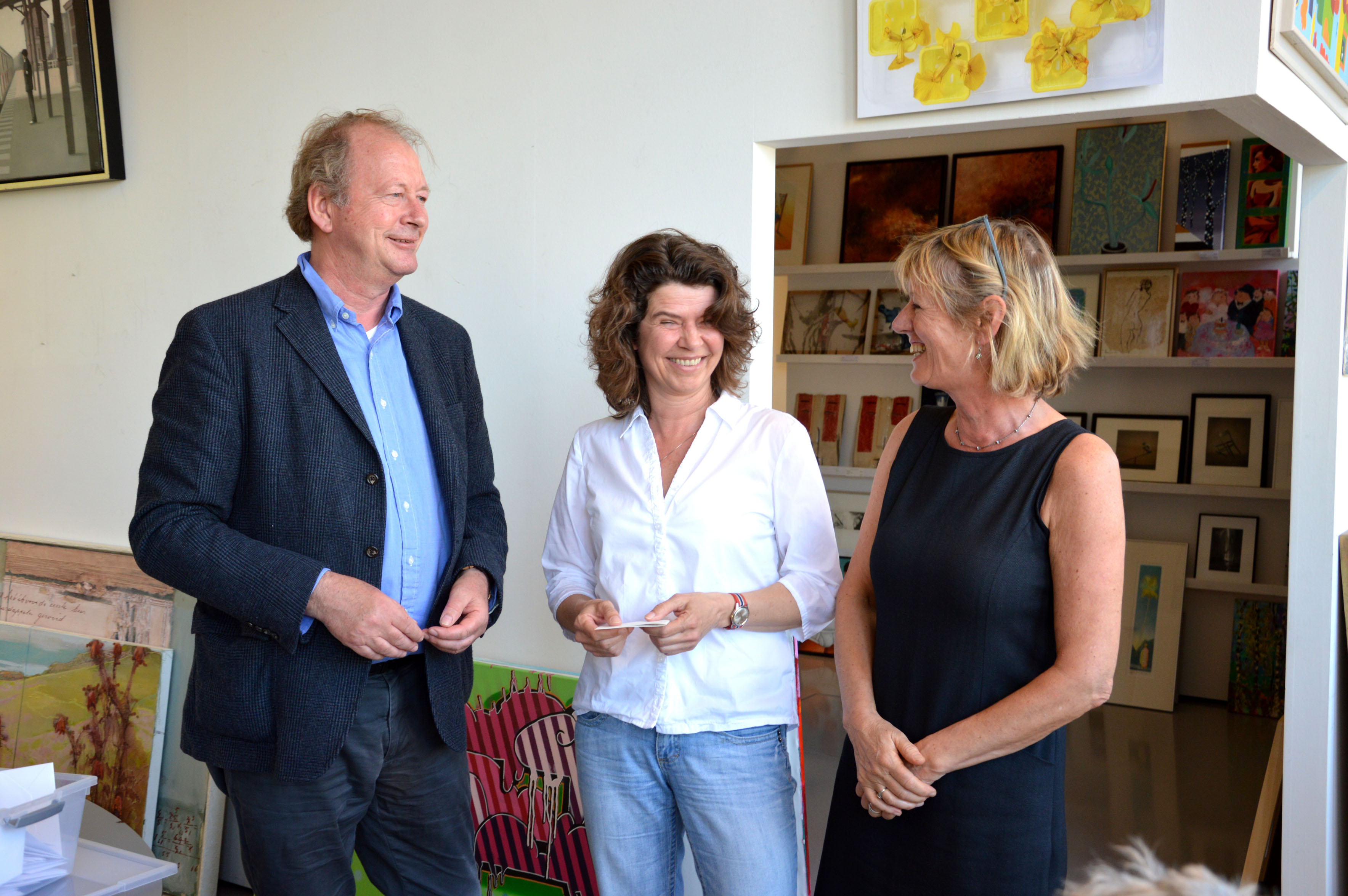 Winnaar Annemarie Otten (midden) met notaris Hans Erkamp en rechts directeur Lien Miedema. (Foto: aangeleverd)