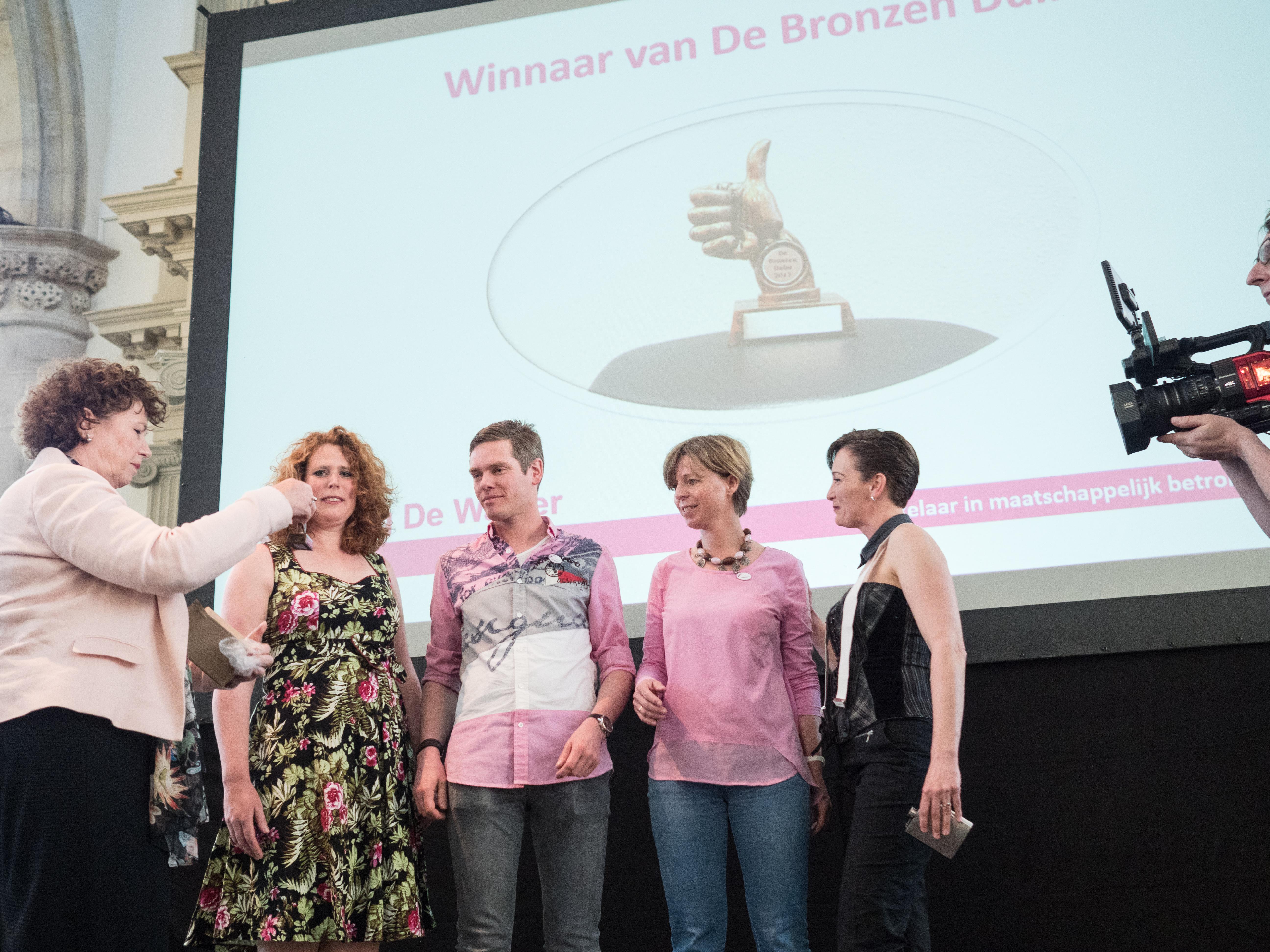 Burgemeester Bruinooge overhandigt de Bronzen Waaier aan Ruben en Olaf Bak van Bak Reizen. (Foto: Erik Boschman Fotografie)