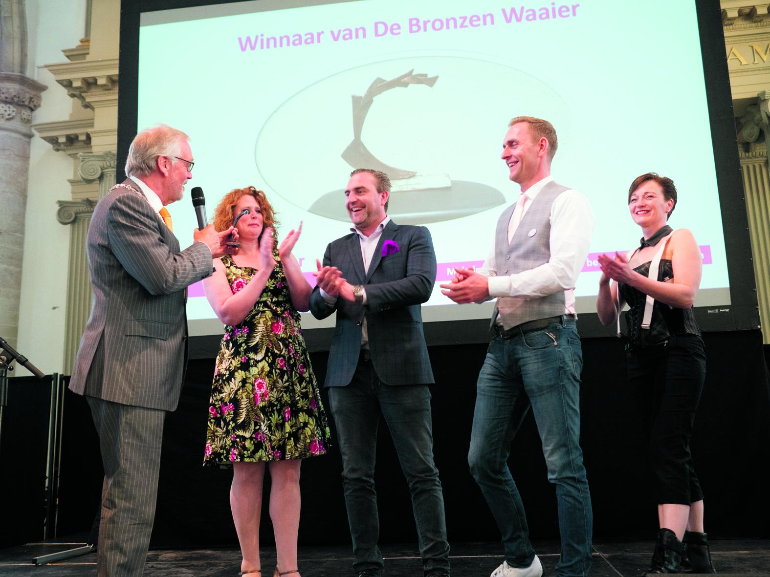 Burgemeester Bruinooge overhandigt de Bronzen Waaier aan Ruben en Olaf Bak van Bak Reizen. (Foto: Erik Boschman Fotografie) rodi.nl © rodi
