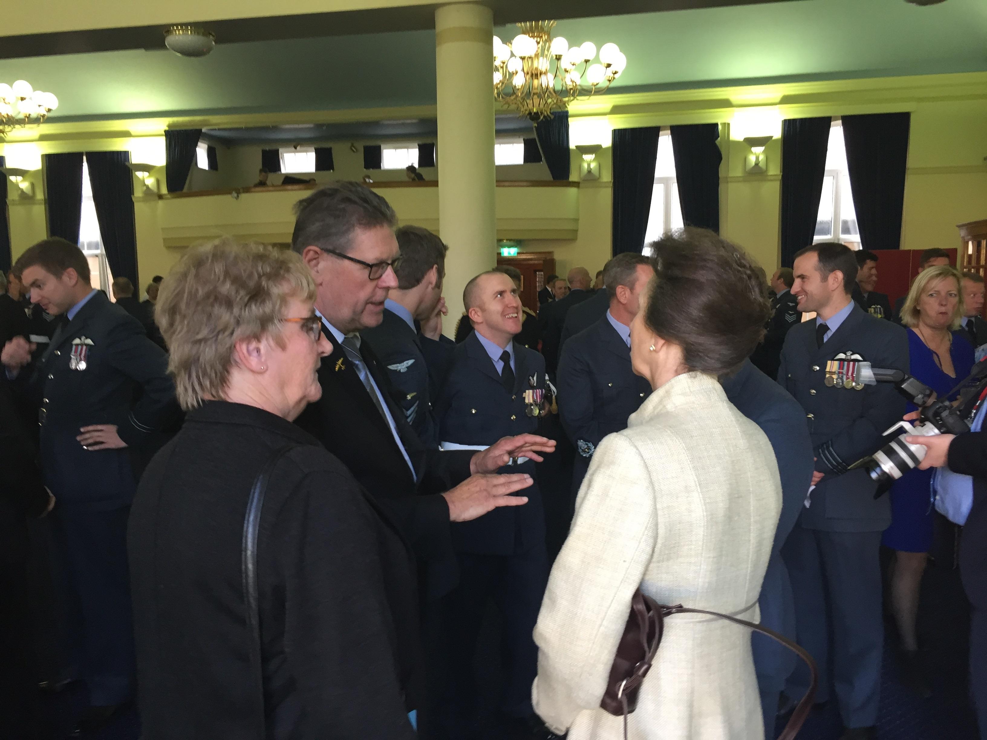Johan Graas in gesprek met prinses Ann. (Foto: aangeleverd)