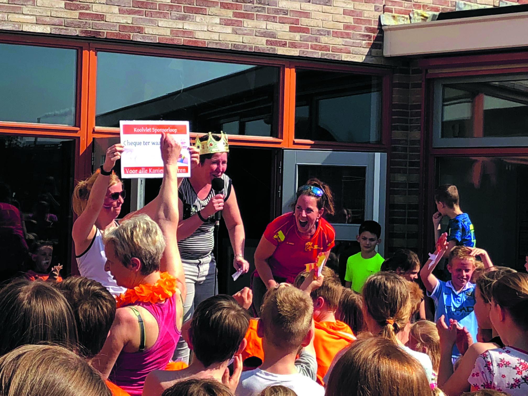 De cheque werd overhandigd aan Team Langedijk. Juf Tamara (met kroontje) neemt afscheid. (Foto: aangeleverd)