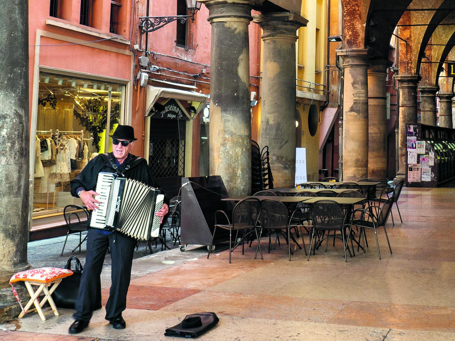 Een straatmuzikant in Bologna. (Foto: Nanne de Boer)