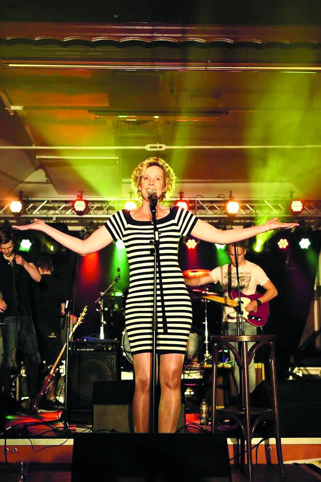 Karin zingt in het theaterconcert 'Puur Genieten' Nederlandstalige theaterliedjes van onder andere Karin Bloemen en Simone Kleinsma. (Foto: aangeleverd)