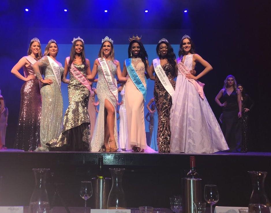 Nina Irambona (derde van rechts) samen met de andere finalisten van de drie missverkiezingen. (foto aangeleverd)