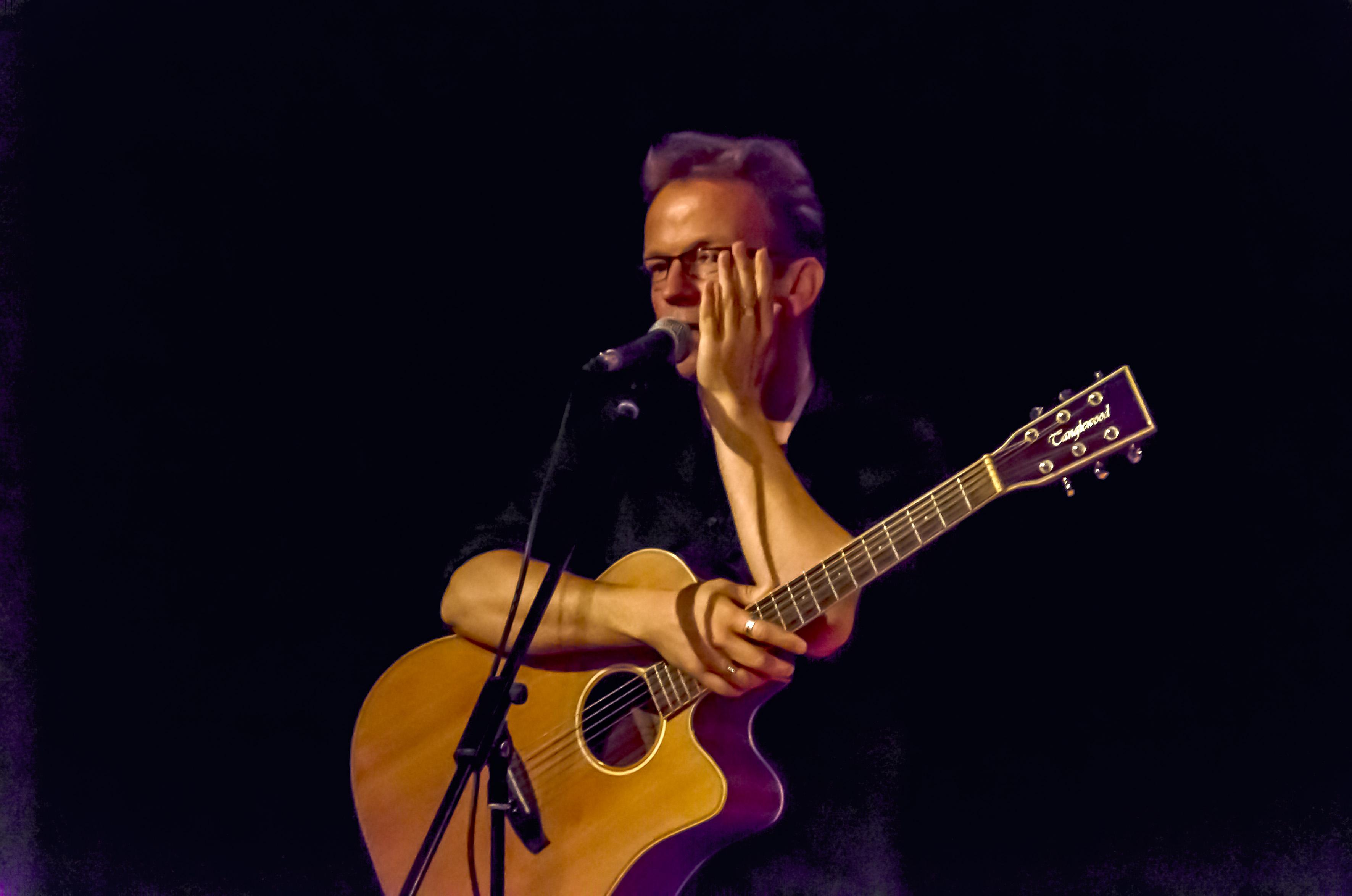 Edouard zingt Franse liedere in Museumhoeve Overslot. (Foto's: aangeleverd). rodi.nl © rodi