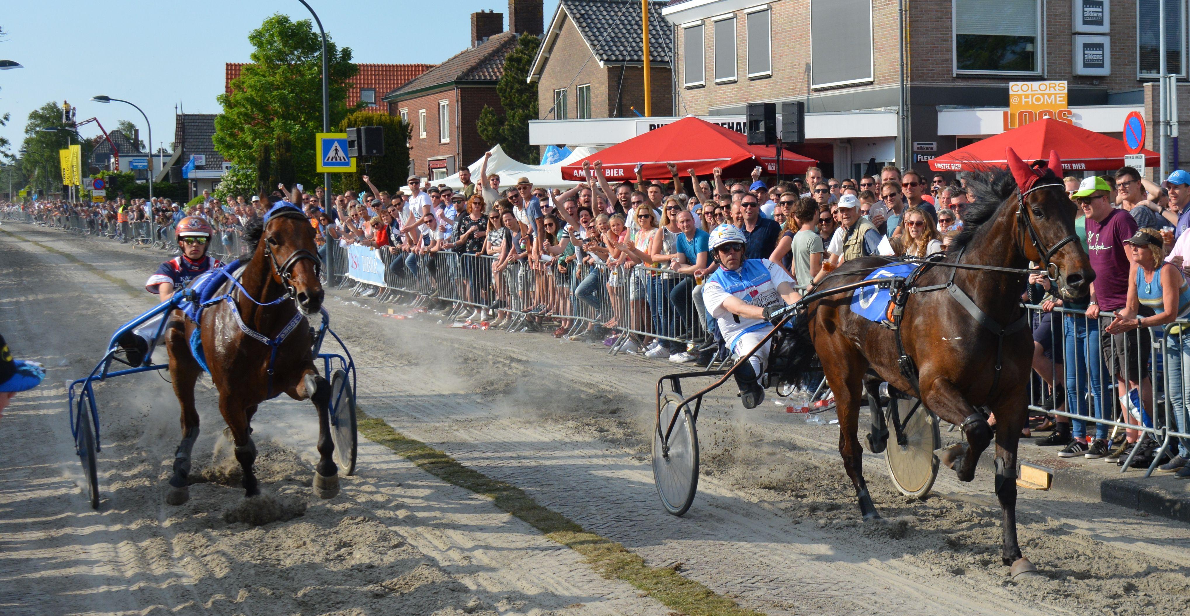 Cattiva Byd en John Dekker (l) gaan als eerste over de finish. (Foto: aangeleverd)