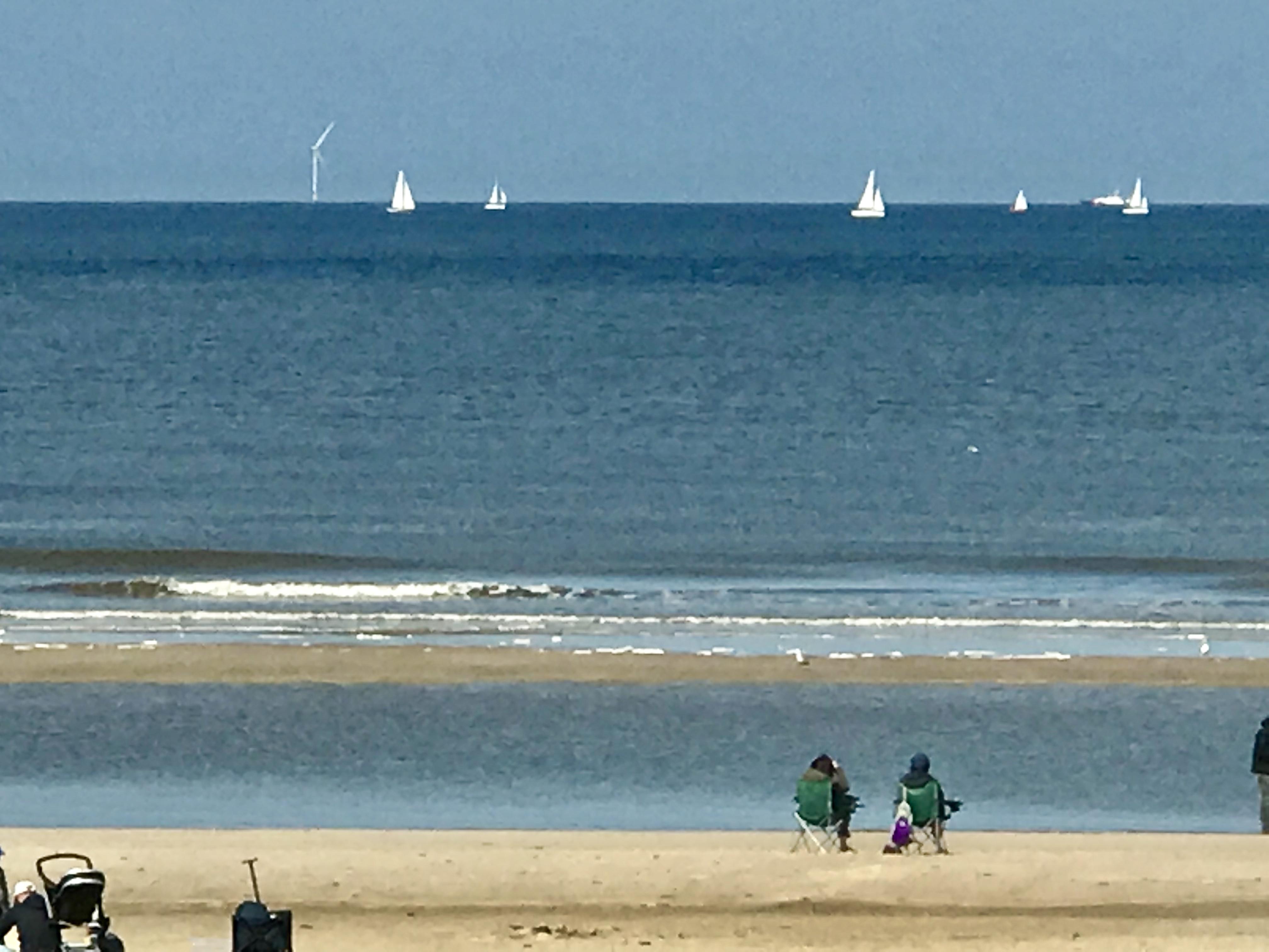 Kijk eens aan, heel veel zeilboten langs de kust. Mooi gezicht. (Foto:Marja Bak-Aal).