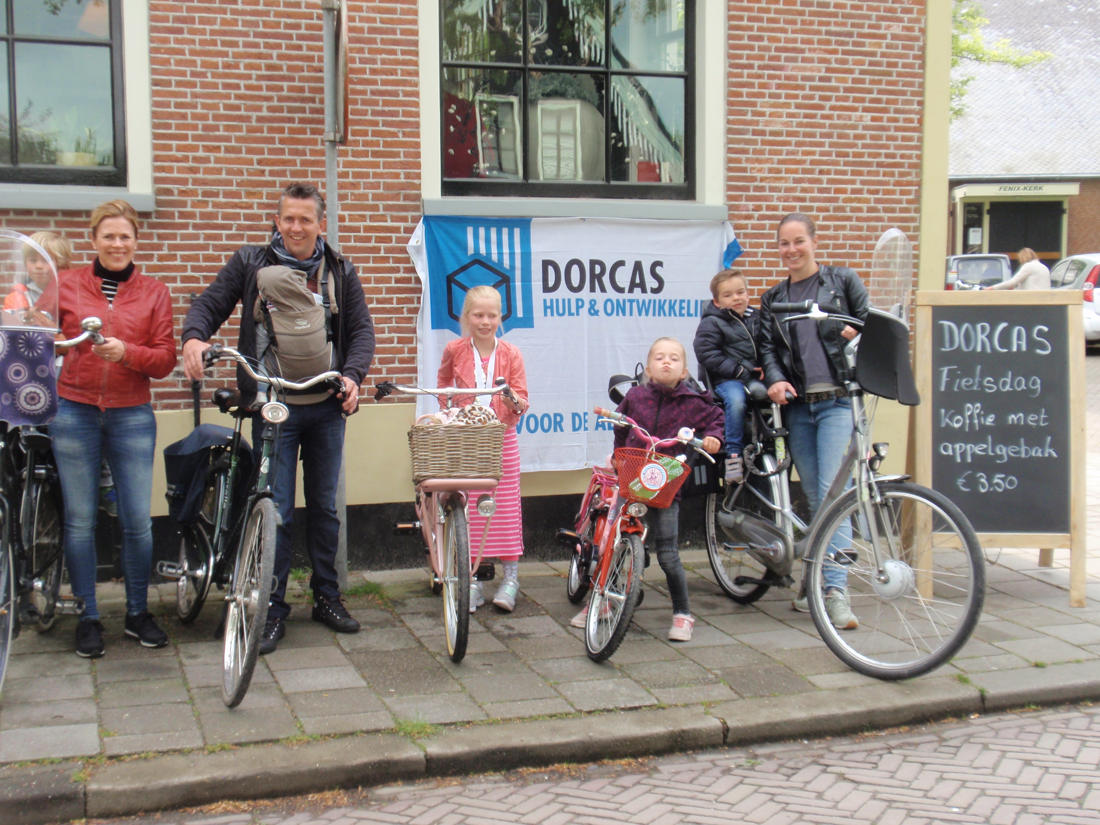 Ook gezinnen stapten op de fiets en reden mee met de Dorcas Fietsdag. (Foto: aangeleverd)