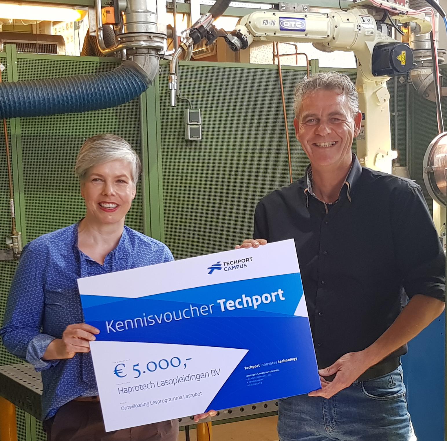 Wethouder Marieke van Dijk van Heemskerk en technisch commercieel directeur Raymond Brand. (foto aangeleverd)