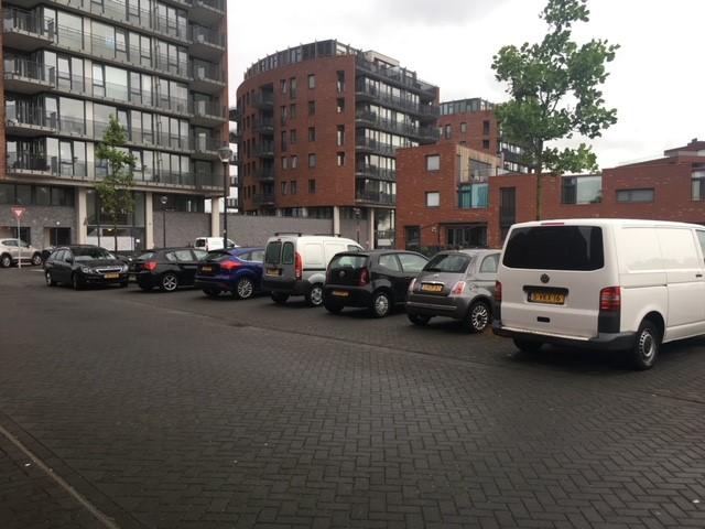 <p>Parkeerchaos op de Tjakkade <br />'Het parkeerafvoerputje van Haarlem Noord'</p>