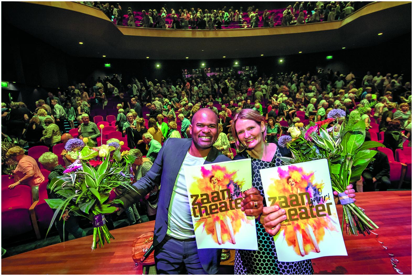 Roué Verveer en Kim Muller tijdens de presentatie met het programmaboekje. (Foto: Bart Homburg)