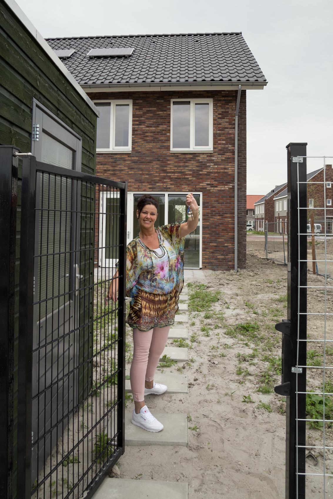 Een dolblije Yvonne Bartels met de sleutel van haar nieuwe woning. (Foto: aangeleverd)