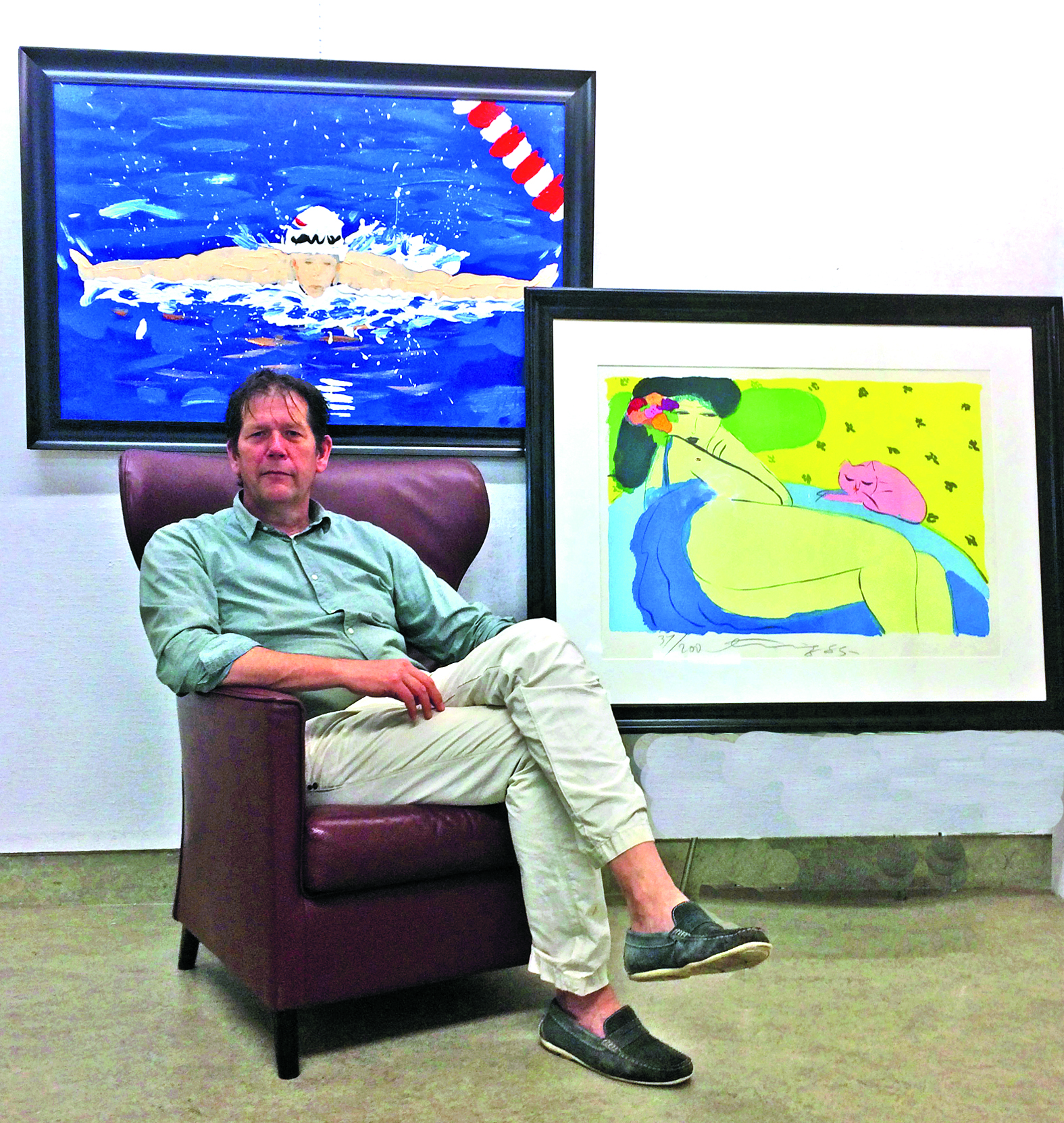 Rogier Jonk met een eigen werk en een van Walasse Ting, welke geveild zal worden. (Foto: aangeleverd)