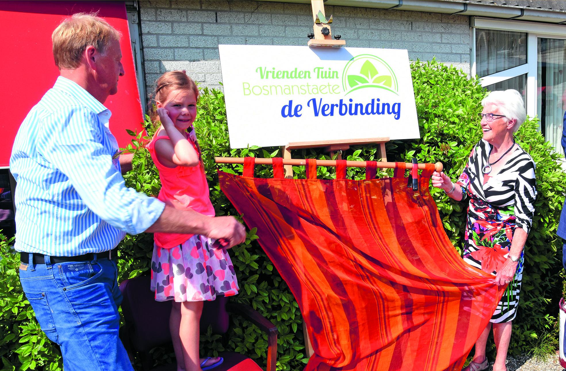 De tuin rondom woonzorgcentrum Bosmanstaete in Venhuizen is afgelopen zaterdag geopend door burgemeester Michiel Pijl,  tezamen met Zoë Boots en Afra Vroling. (Foto: Barend Hoekstra)