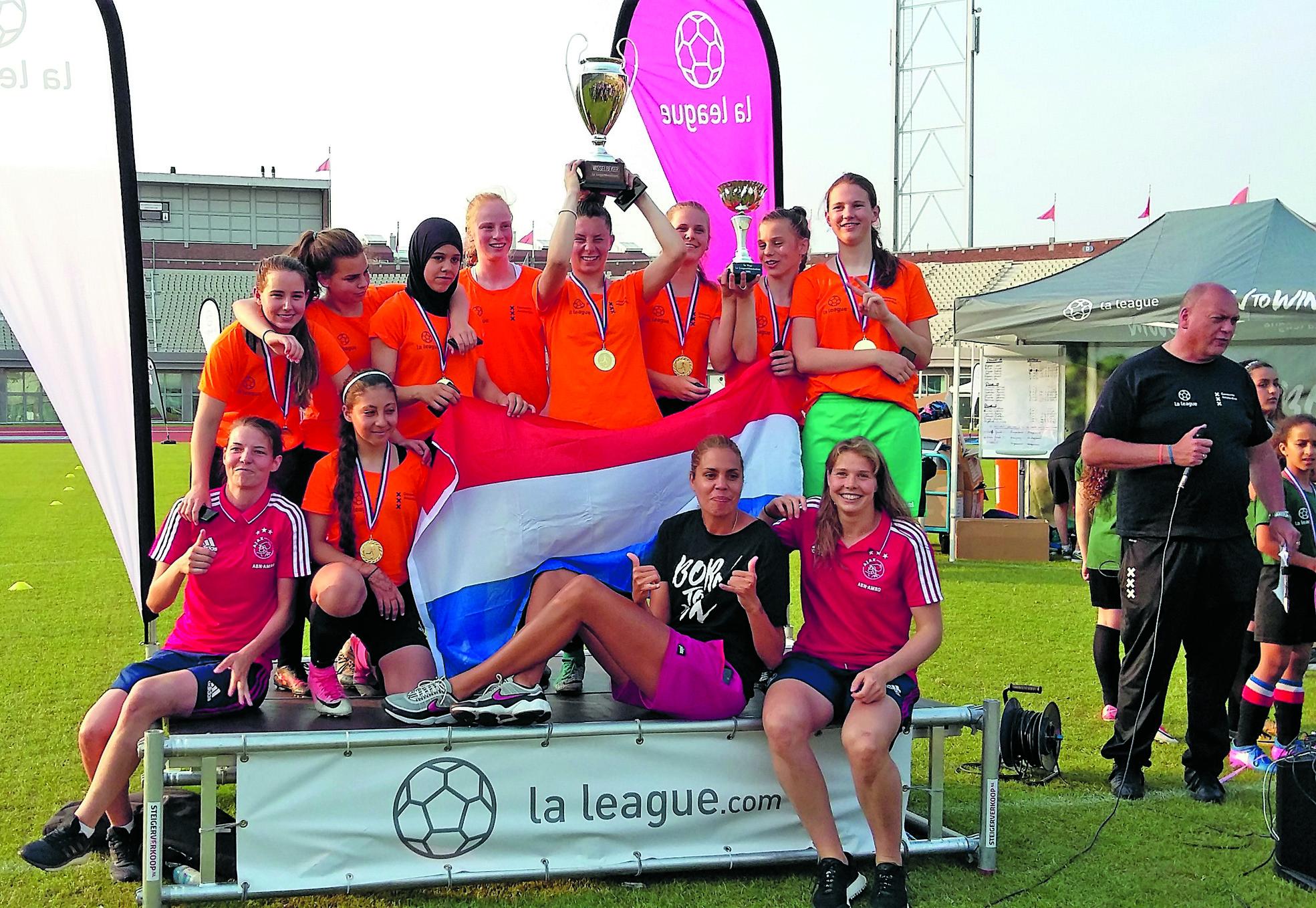 Team Noord op het podium, samen met straatvoetbalster Rocky - midden - en de landskampioenen van Ajax: Nicky van den Abbeele en Lize Kop. (Foto: aangeleverd)