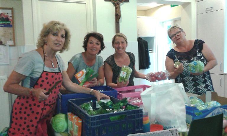 Elzbieta Waligora, Marieke Henselmans, Odette Dekker en Alma Danenberg tijdens de voorbereidingen van de Midzomermaaltijd van twee jaar geleden. (Foto: aangeleverd)