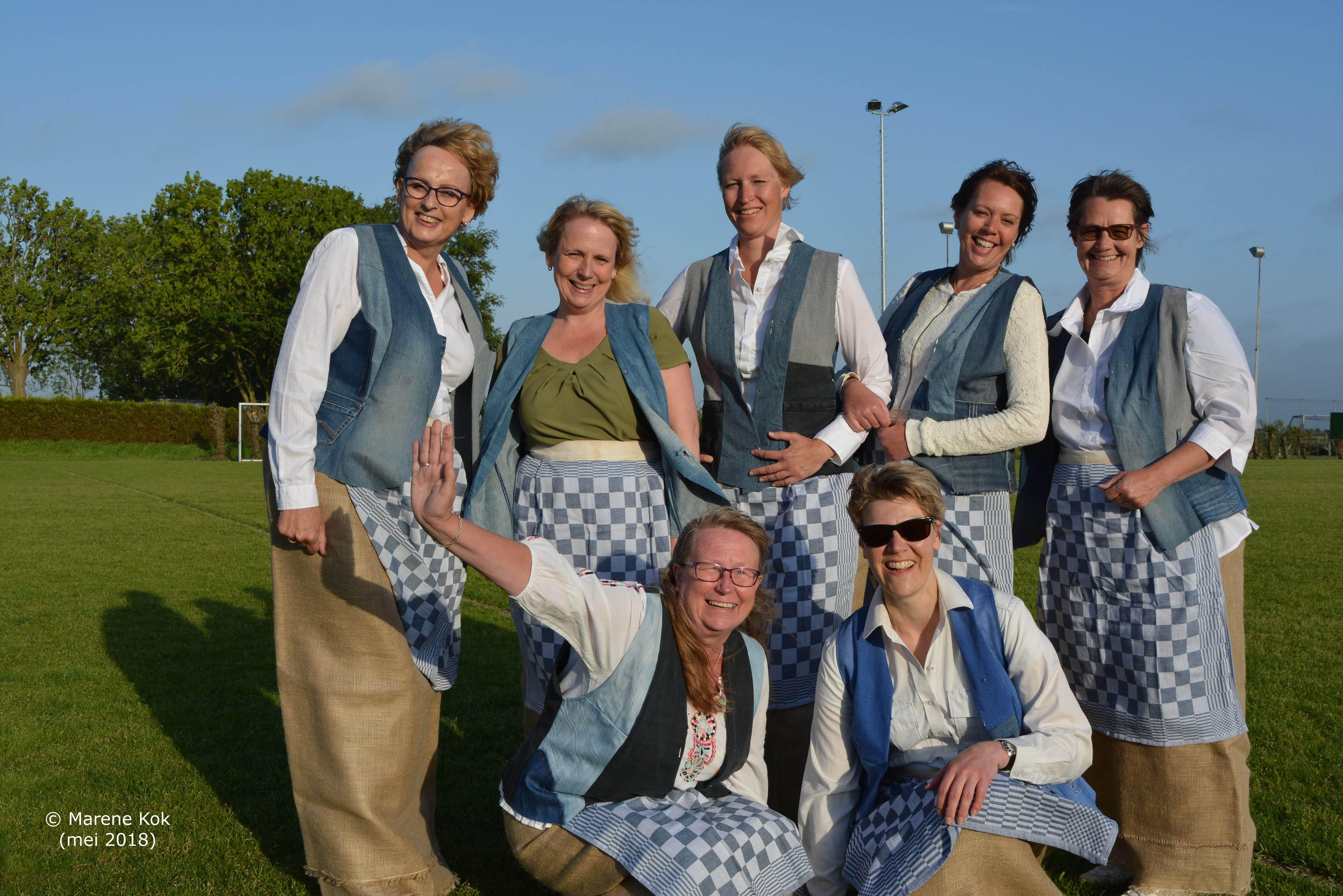 V.l.n.r.: Noorke, Miriam, Elise, Ilse en Lucia en hurkend, v.l.n.r.: Ineke en Annemieke. (Foto: Marene Kok)