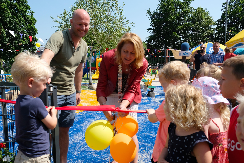 Burgemeester Luzette Kroon knipt het lint door van het nieuwe kleintjesplein in Monnickendam. (Foto: Ria Houweling-Bouwman/Waterland in Beeld)