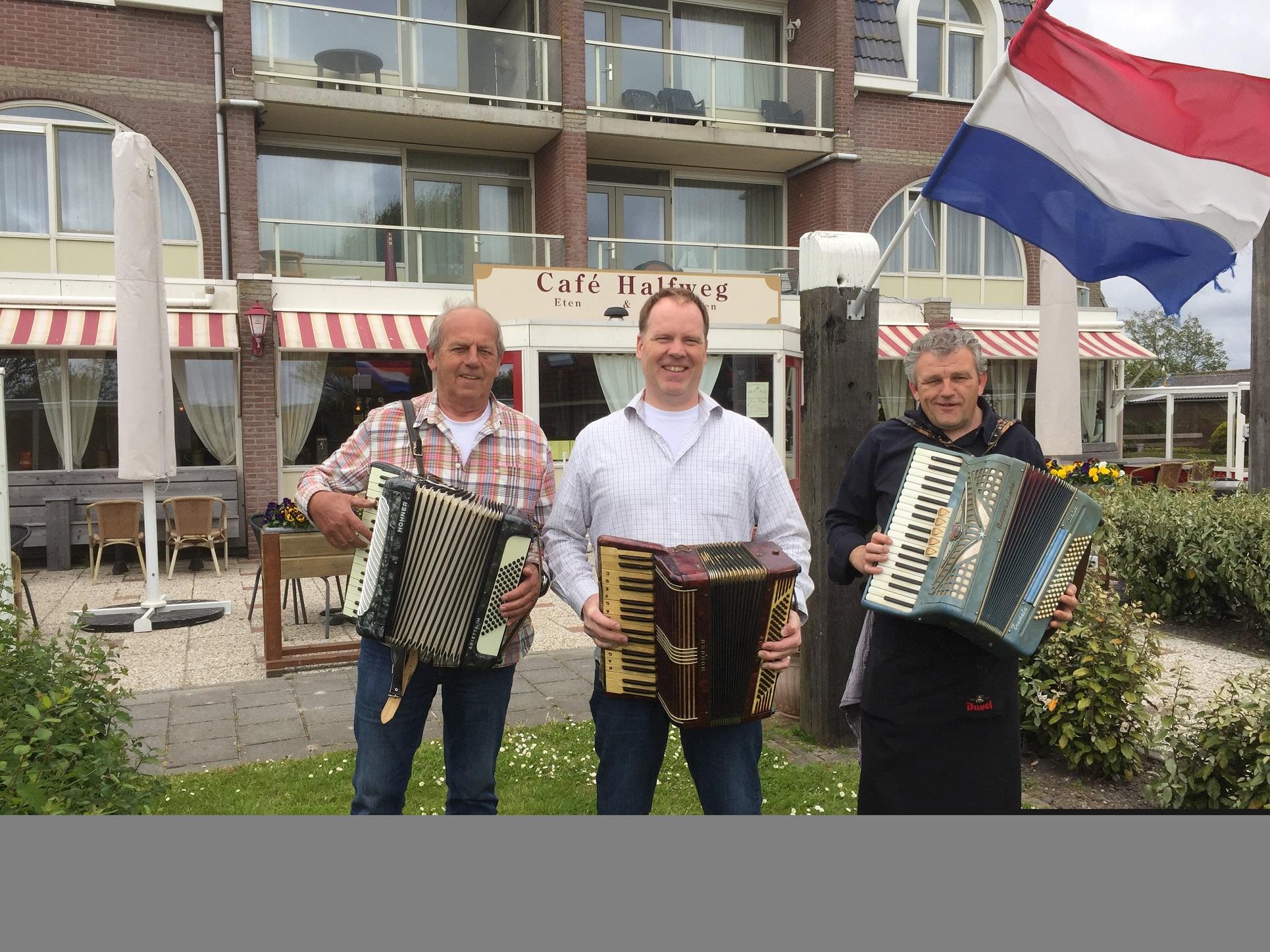 V.l.n.r.: de organisatoren van Accordeonfestival Krabbendam: Jonker, Mulders en Schilder. (Foto: aangeleverd)