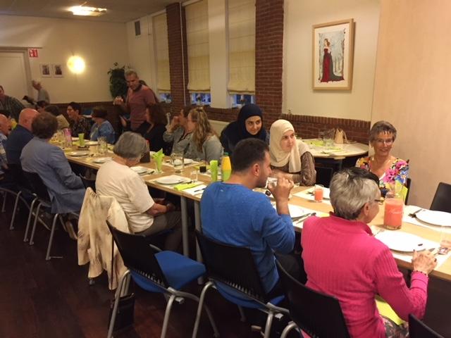 IFTAR-maaltijd bereid door 'Nieuwe Buren' voor 'Oude Buren' succes