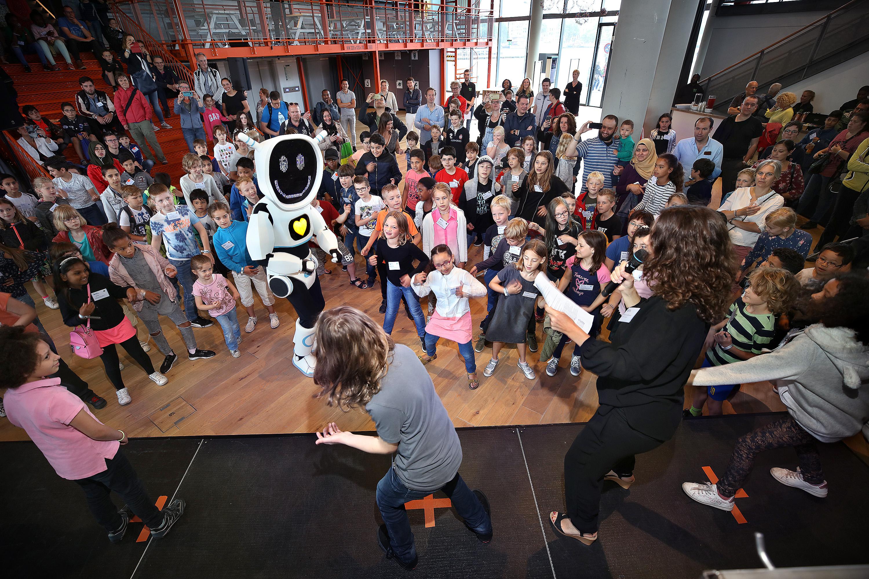 Tijdens de opening van het evenement programmeerden 400 kinderen dansmoves bij robot Techie, de mascotte uit de spaaractie 'Tech is te gek!' van Albert Heijn en NEMO. (Foto: DigiDaan)
