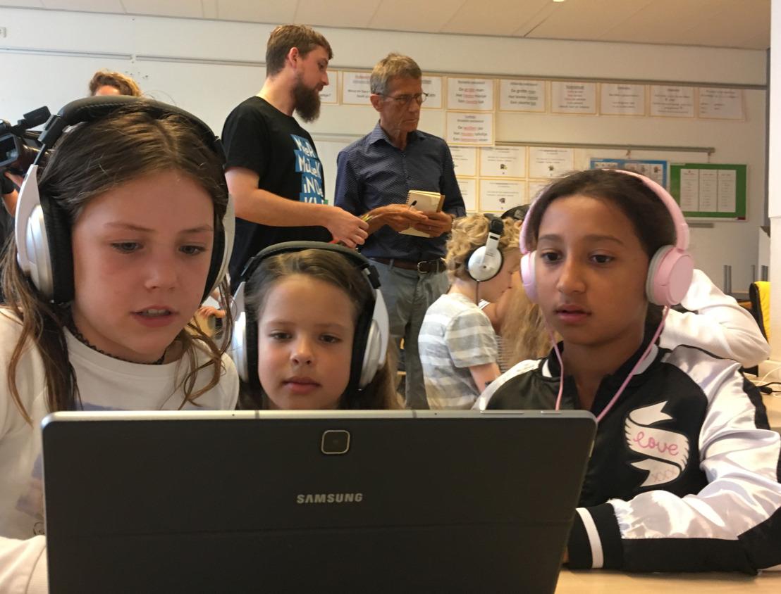 De leerlingen zijn druk bezig met de wedstrijd digitaal componeren van Stichting Méér Muziek in de Klas en Samsung. (Foto: aangeleverd)