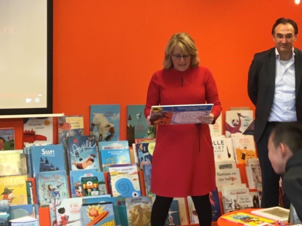 Astrid Wouda tijdens de bekendmaking van de winnaars van de opstelwedstrijd in de bibliotheek. (Foto: aangeleverd)