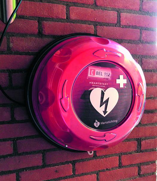 Rondom schenkt een AED-apparaat aan de bewoners van de Oosthoek in Medemblik. (Foto: archief Rodi Media)