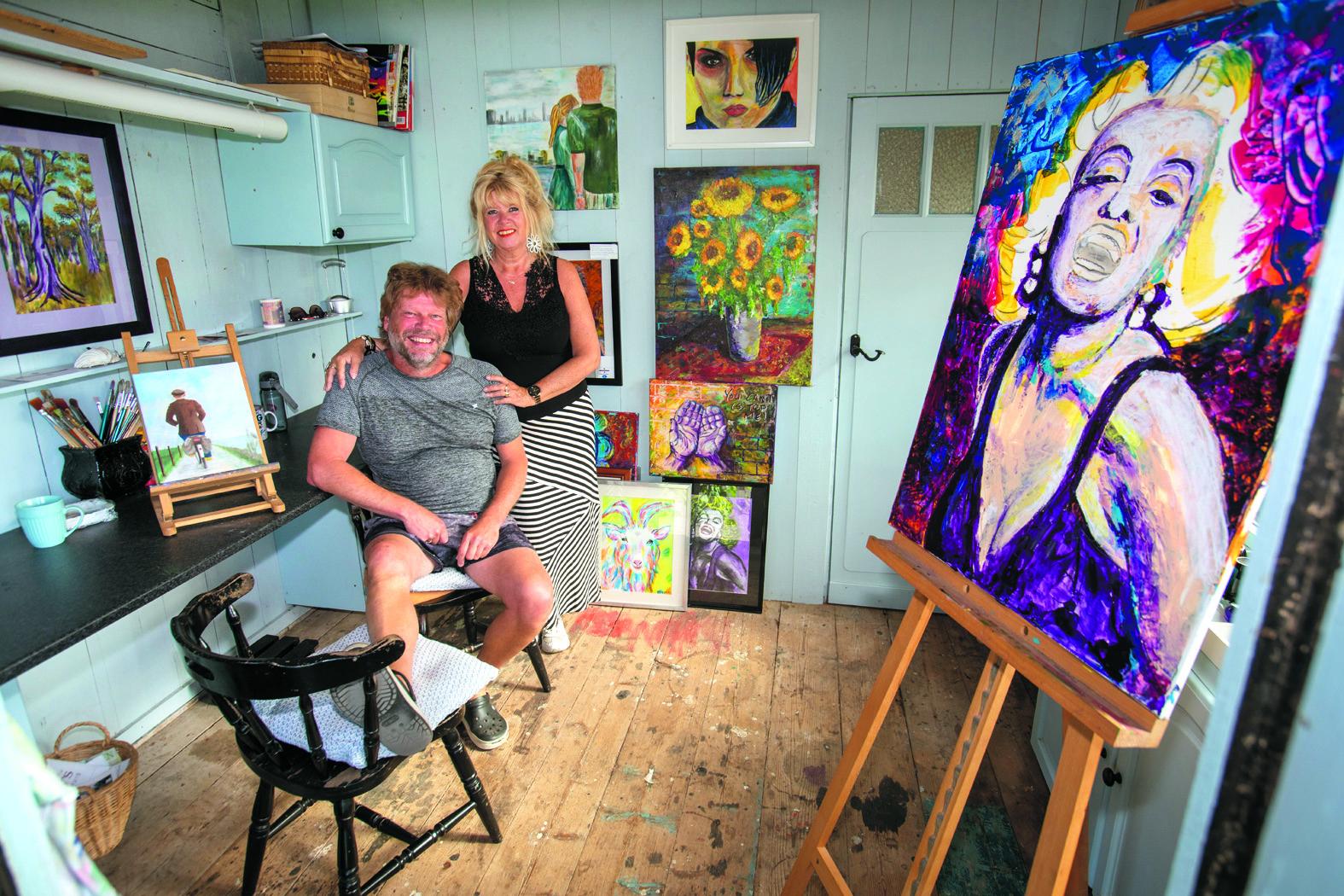 Schildersmaatjes Eddy de Boer en Tilly Morsch in hun knusse ateliertje aan de Zuideruitweg in Wijdenes. (Foto: Vincent de Vries/RM)