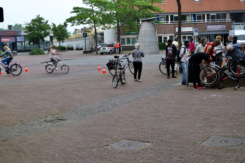 Er bleek veel belangstelling voor fietsbanden leren plakken. (foto aangeleverd)