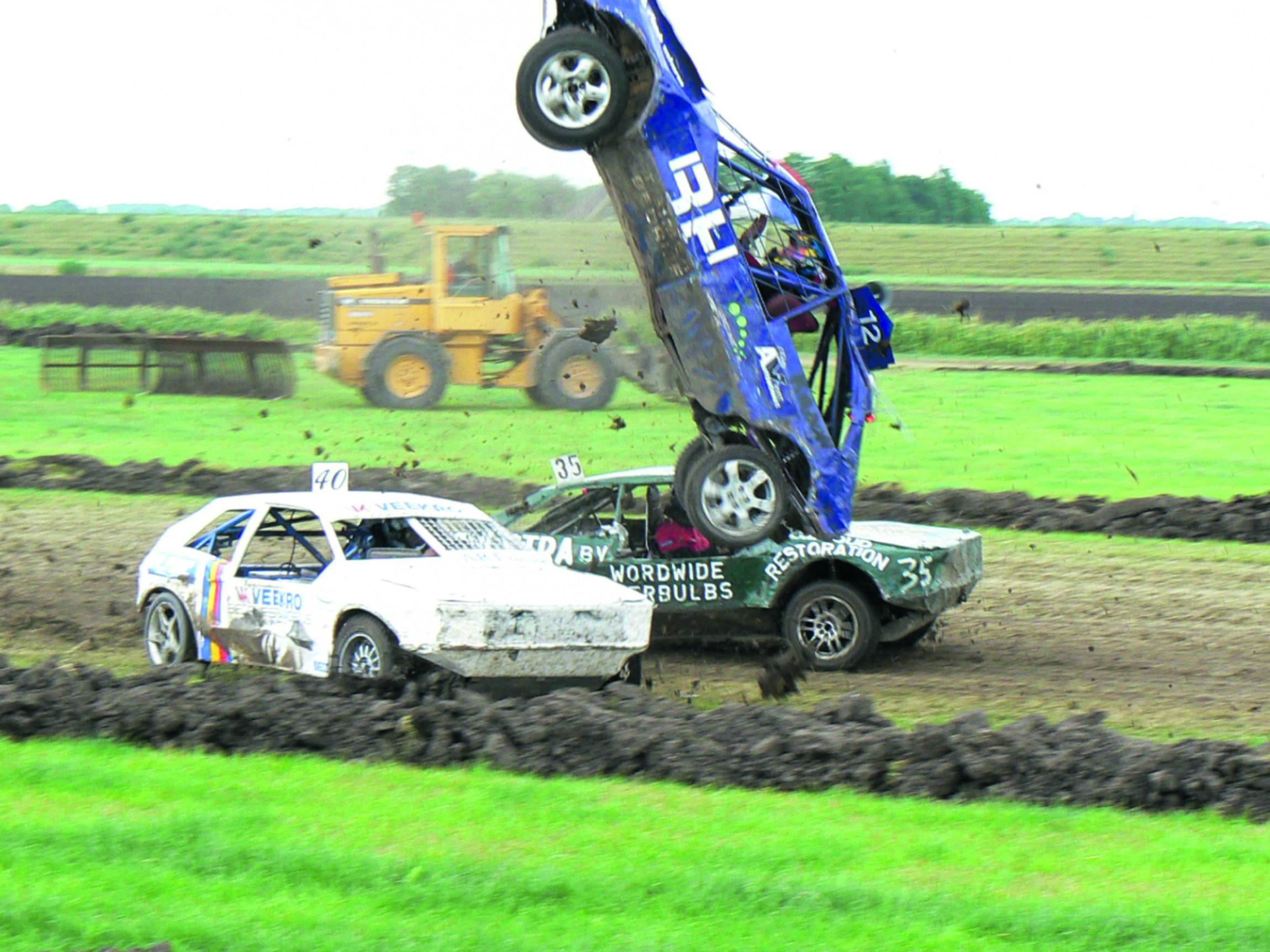 Spektakel is gegarandeerd bij de Crazy Autocross in Winkel. (aangeleverde foto)