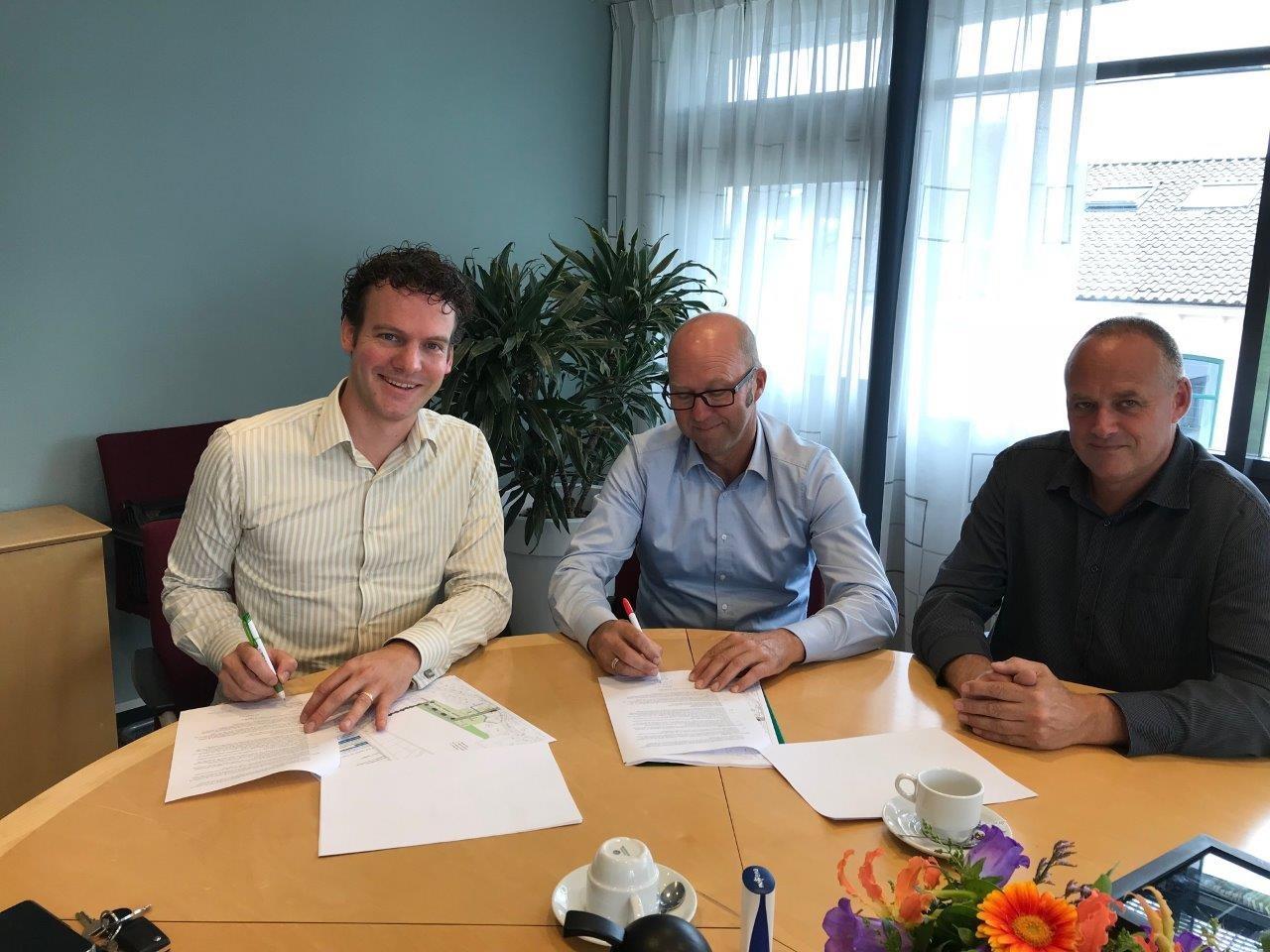 Wethouder Jelle Beemsterboer ondertekent de intentieovereenkomst met vertegenwoordigers van Bouwend Waarland. (Foto: gemeente Schagen)