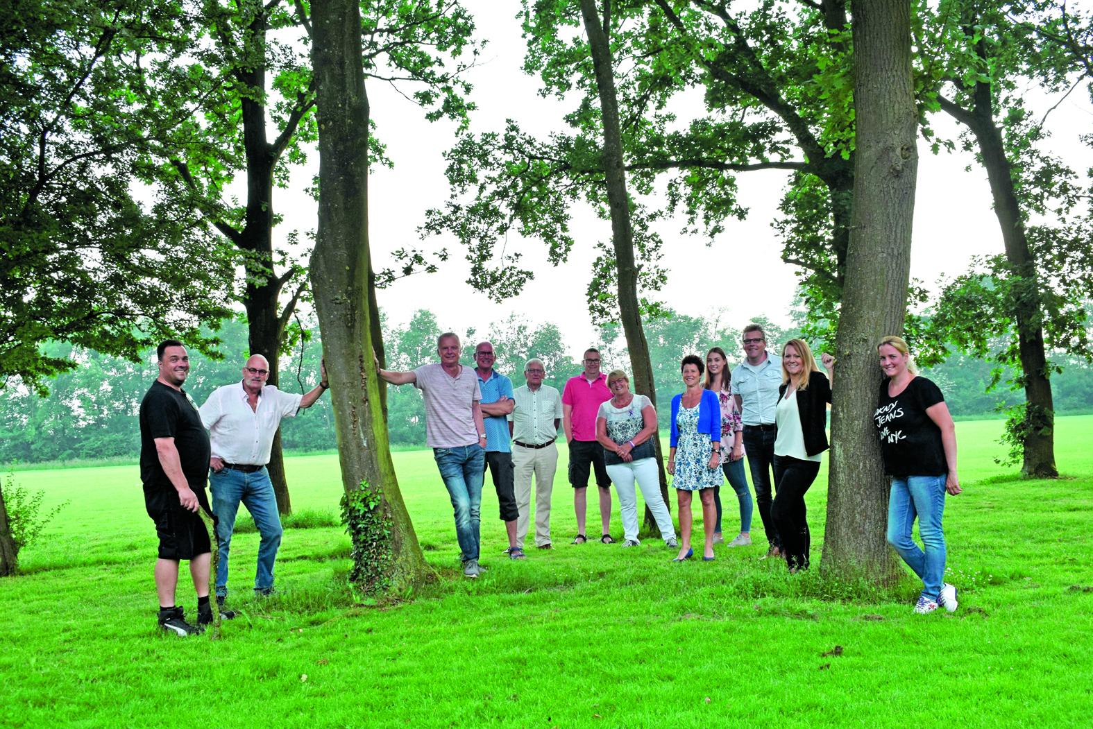 De vaste ploeg vrijwilligers van SamenLoop voor Hoop Zaanstad  tussen de bomen van het herdenkingsbos. (Foto: Yvette van der Does/RM)