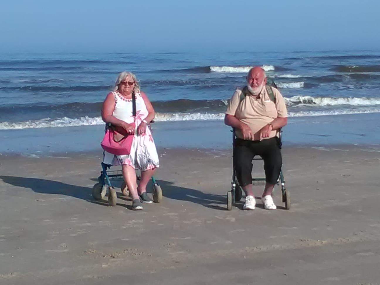 Is het niet geweldig onze Egmond Bastards van het strand. Alette en Jack. Hij is nu 66 jaar op het Noorderstrand. Dit is zeker de moeite waard om even onder de aandacht te brengen. (Foto: Joerg Schuermann).