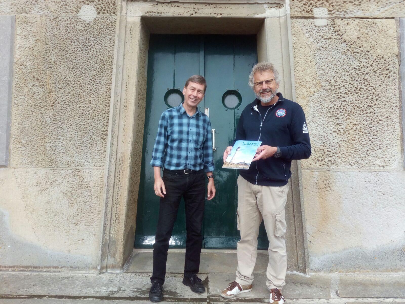 De KNRM ontving het boekje van schrijver Peter Kouwenhoven. Het boekje is tijdens de rondleidingen te koop voor vijf euro. (Foto: aangeleverd).