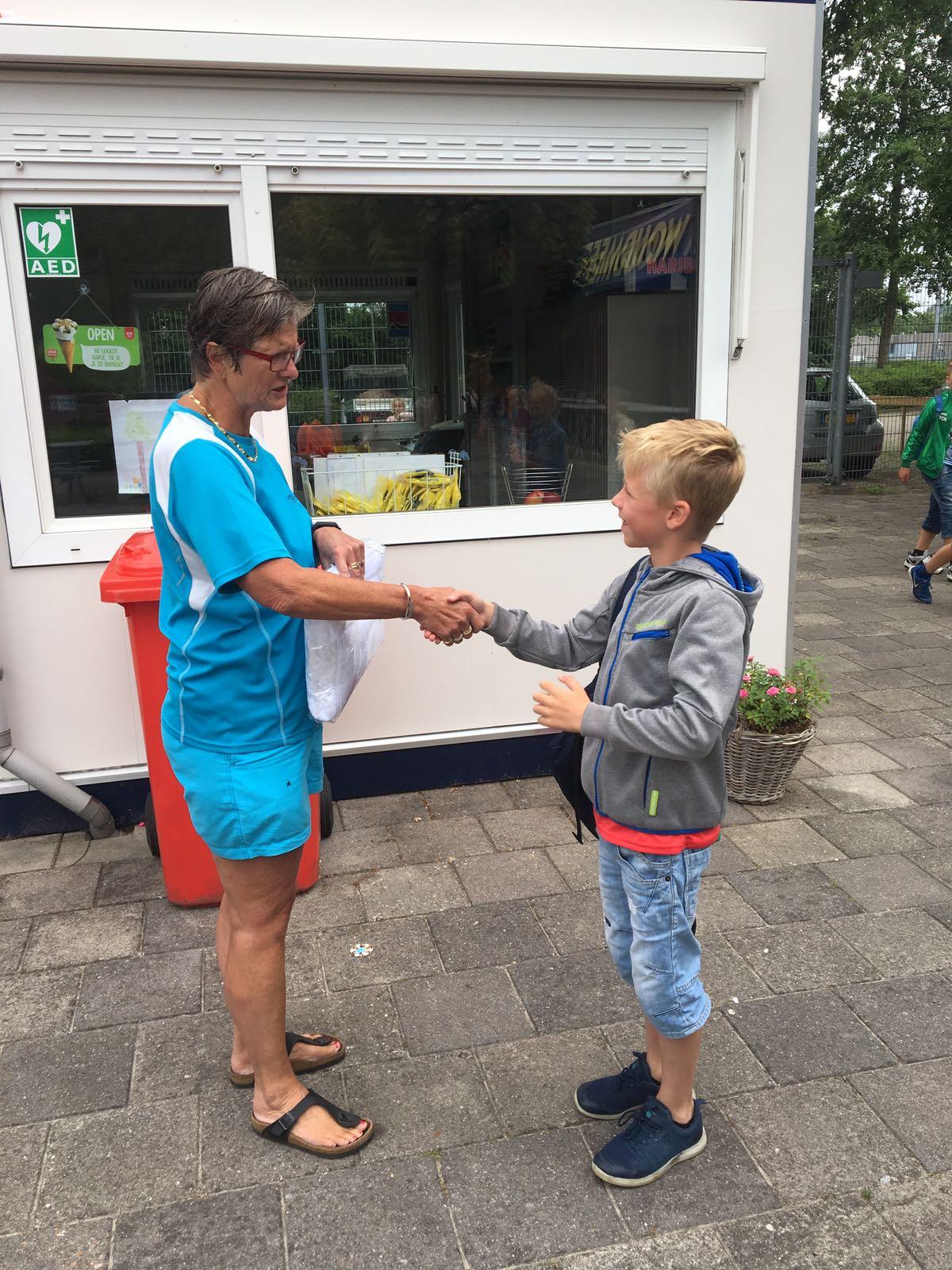 HOOGWOUD – Joppe van den Brom uit Hoogwoud ging vorige week met zijn klasgenootjes van basisschool St. Wulfram schoolzwemmen in zwembad 't Woudmeer, aan De Weijver 4 in Hoogwoud. Hij was de tienduizendste bezoeker van dit zwemseizoen. Joppe kreeg een 25-badenboekje en badlaken uitgereikt.