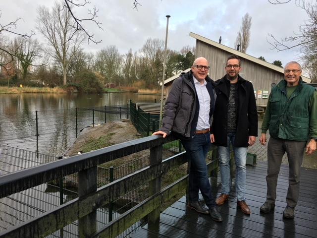 V.l.n.r.: Robert van Nuland en Gerard Stuijt (Lionsclub Schagen) en Hans Kolb (KiBo). (Foto: aangeleverd)