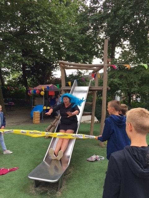 Intern Begeleidster Sylvia Noom opent het schoolplein. (Foto: Monique)