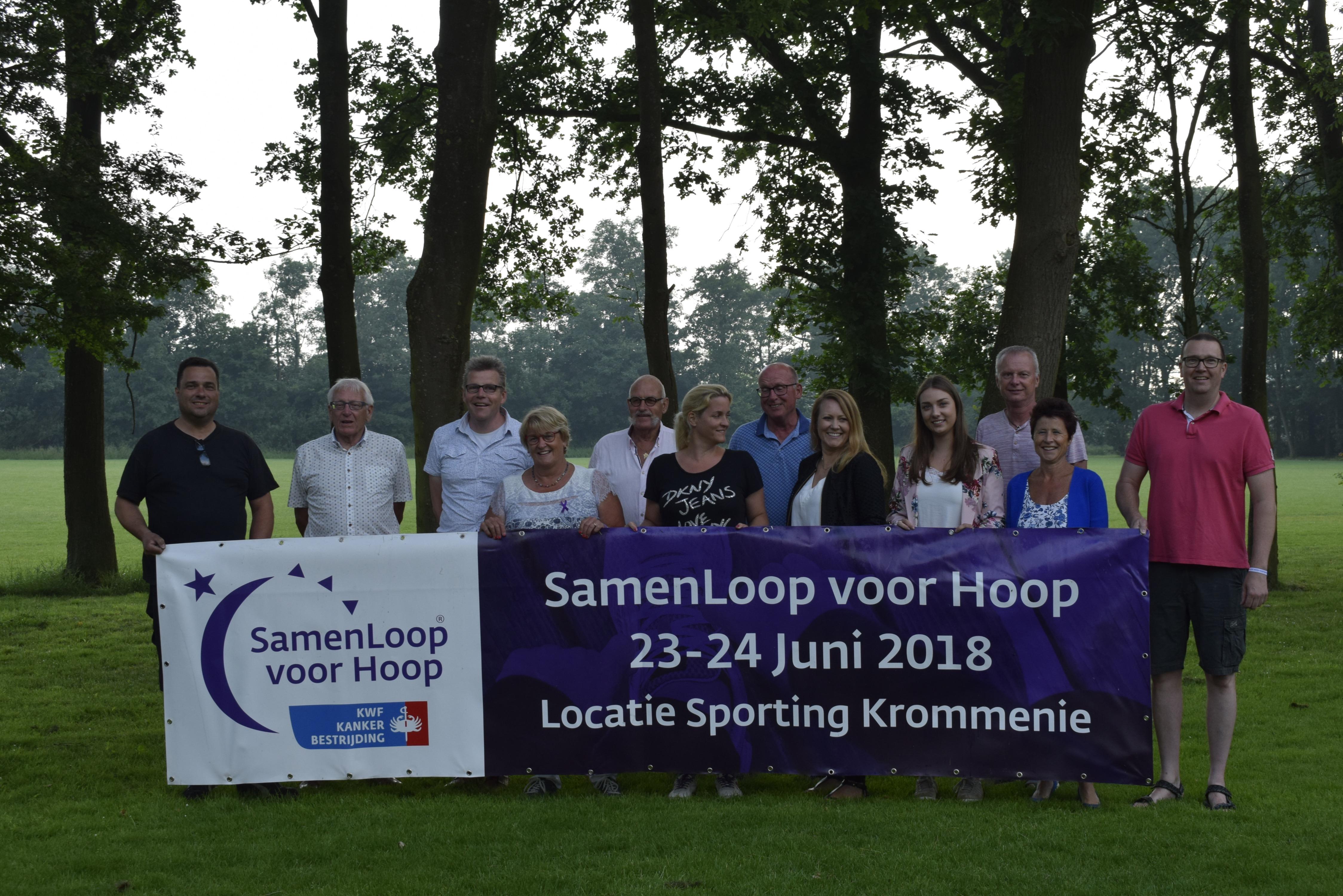 De vaste ploeg vrijwilligers van SamenLoop voor Hoop Zaanstad  tussen de bomen van het herdenkingsbos. (Foto: Yvette van der Does/RM) rodi.nl © rodi