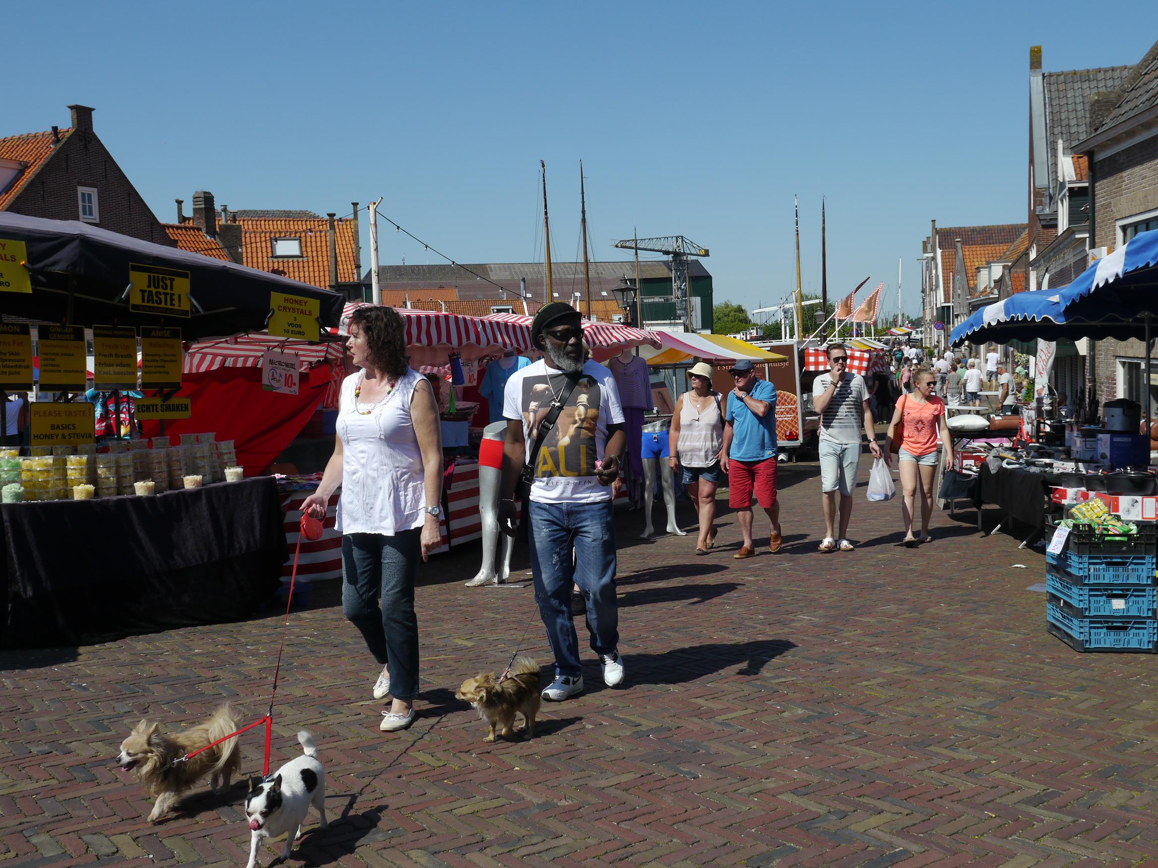 Sfeerbeeld van Midzomermarkt in Monnickendam. (Foto: Ria Houweling/Waterland in Beeld)