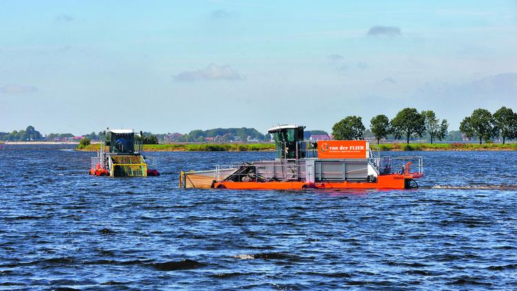 Maaien van waterplanten. (Foto: Hoogheemraadschap Hollands Noorderkwartier)