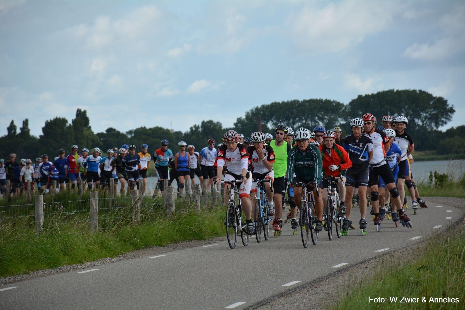 Ga de uitdaging aan en doe mee aan de skeelertocht over de oudste dijk van Nederland. (Foto: Willem & Annelies Zwier)