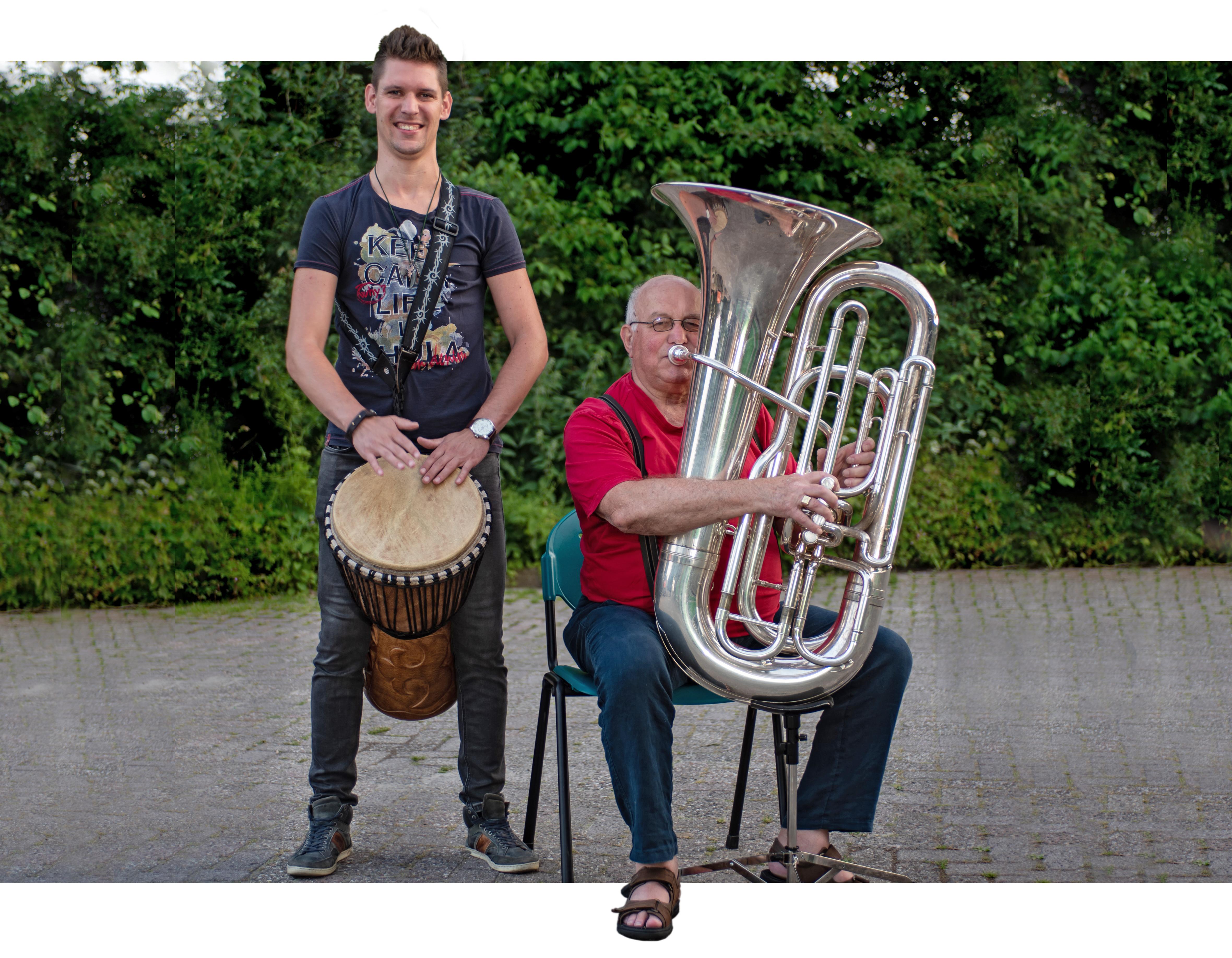 Marko Knijn en Leo Kneppers zijn lid van Muziekvereniging Ursem en spelen met passie. Wie hen nog niet heeft horen spelen, komt 16, 23 of 30 juni een kijkje nemen. (Foto: Richard van den Berg)